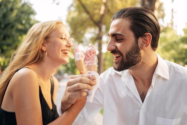Echtgenoot en vrouw die roomijs eten