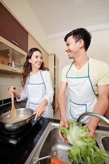 Echtgenoot en vrouw die samen koken