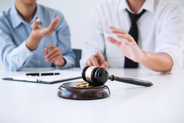 Echtgenoot en vrouw tijdens scheidingsproces en ondertekening van scheidingscontract, trouwring