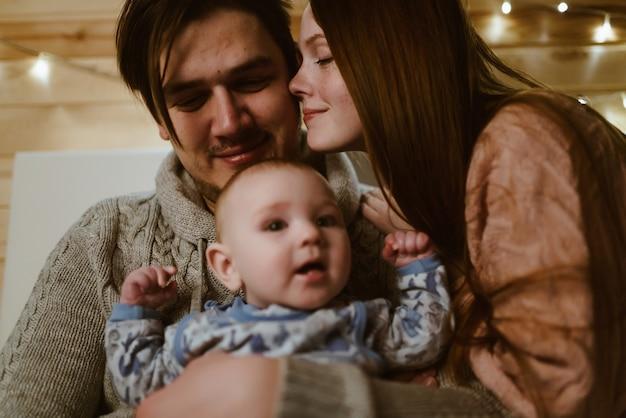 Echtgenoot met vrouw en kind in zijn armen. scène van tederheid