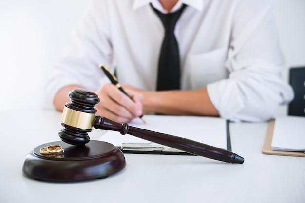 Echtgenoot tijdens echtscheidingsproces en ondertekening van echtscheidingscontract.