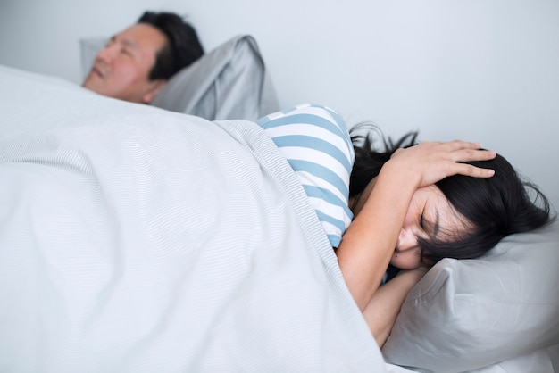 Echtgenoot verstoort de slaap van de vrouw met zijn luide snurken