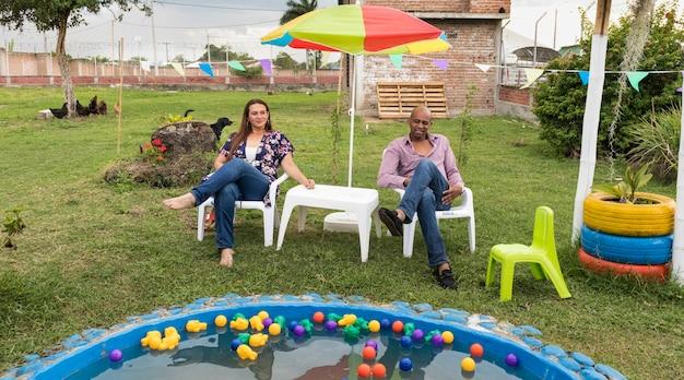 Echtgenoten genieten van een familiepicknick op hun huis