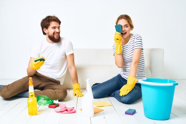 Echtpaar bij de bank schoonmaakbenodigdheden dienstverlening