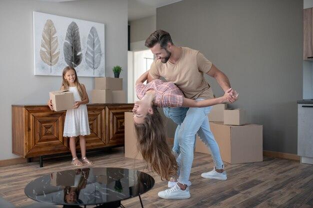 Echtpaar dansen in een nieuw huis