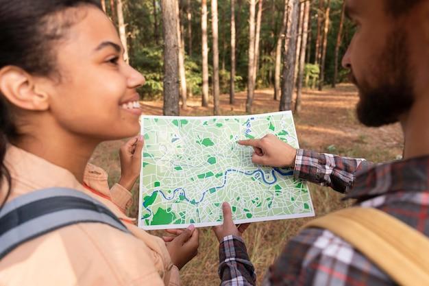 Echtpaar dat een kaart controleert voor een nieuwe bestemming