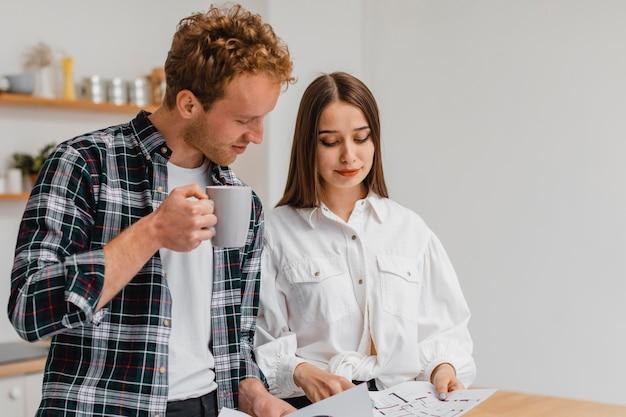 Echtpaar dat plannen maakt om het huishouden te verbouwen