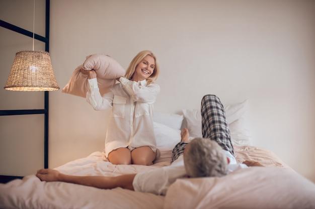 Echtpaar dat pret in slaapkamer heeft en vreugdevol kijkt