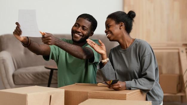 Echtpaar dat samen een plan maakt om huis op te knappen