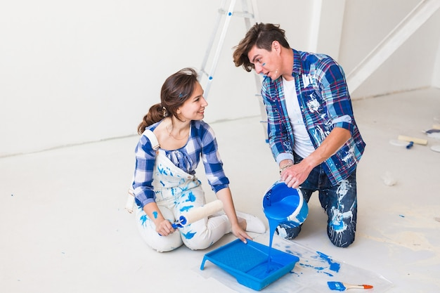 Echtpaar gaat de muur schilderen, ze bereiden de kleur voor.