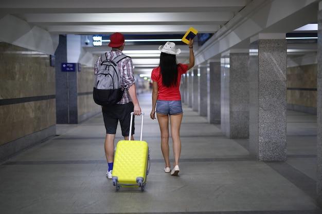 Echtpaar gaat met een koffer om aan boord te gaan