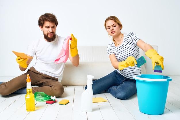 Echtpaar gezamenlijke huis schoonmaak schoonmaakmiddel
