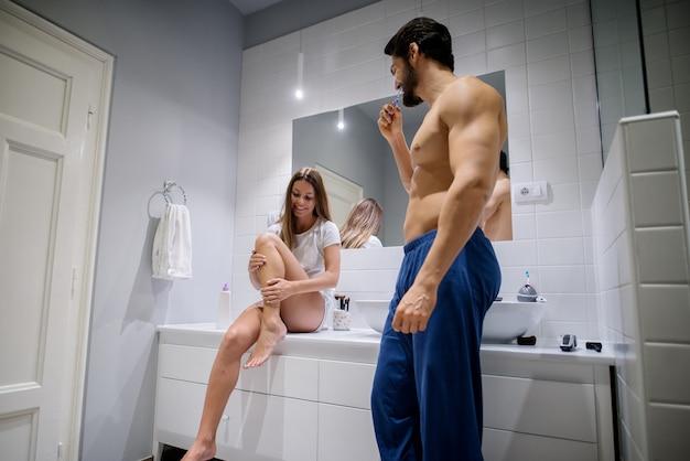 Echtpaar in de badkamer.