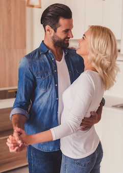 Echtpaar in de keuken