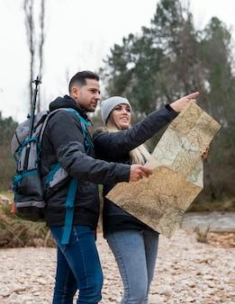 Echtpaar in de natuur raadplegen kaart
