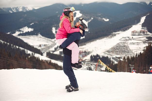 Echtpaar in sportkleren. mensen besteden wintervakantie op bergen