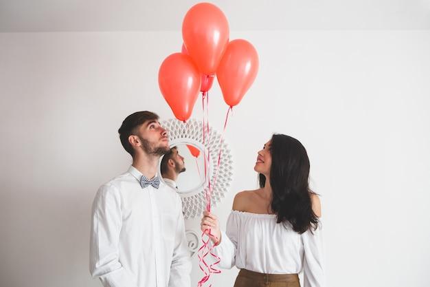 Echtpaar met ballonnen met hart vorm