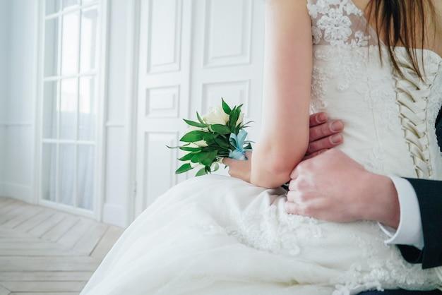 Echtpaar met boeket van witte rozen in studio