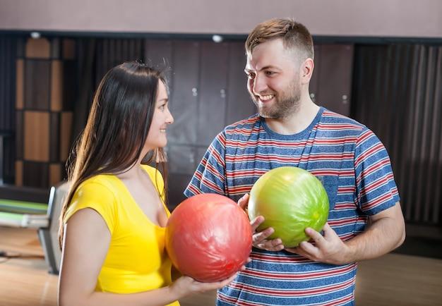 Echtpaar met bowlingballen