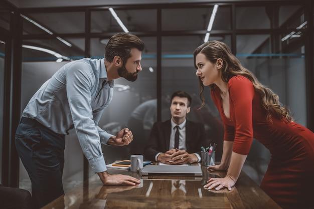 Echtpaar met een argument in advocatenkantoor