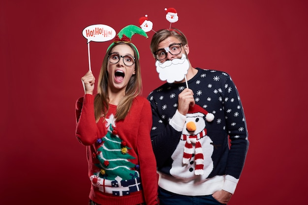 Echtpaar met grappige kerstmaskers geïsoleerd