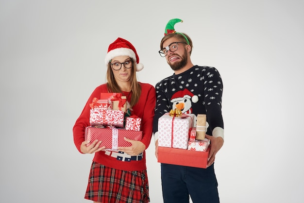 Echtpaar met grote stapel kerstcadeautjes