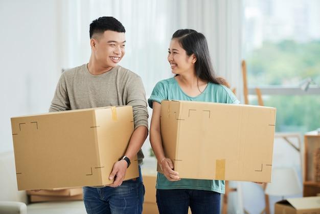 Echtpaar met kartonnen dozen