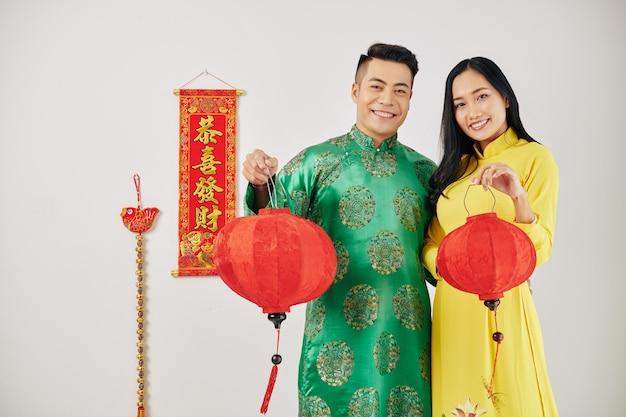 Echtpaar met rode papieren lantaarns