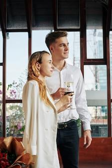 Echtpaar met wijnglazen
