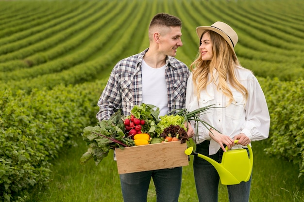 Echtpaar op landbouwgrond