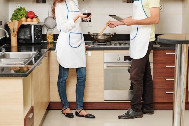 Echtpaar praten en koken
