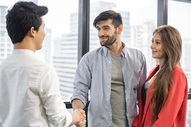 Echtpaar praten, helpen en ondersteuning geven door psychiater.