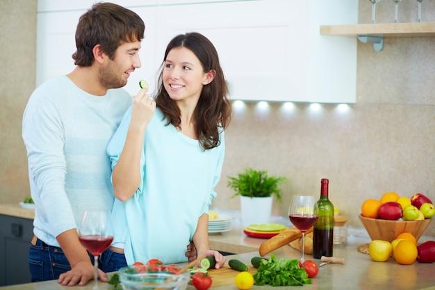 Echtpaar samen koken