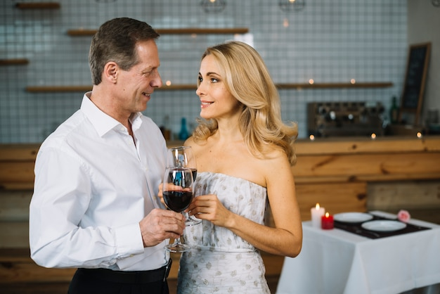 Echtpaar samen op romantisch diner