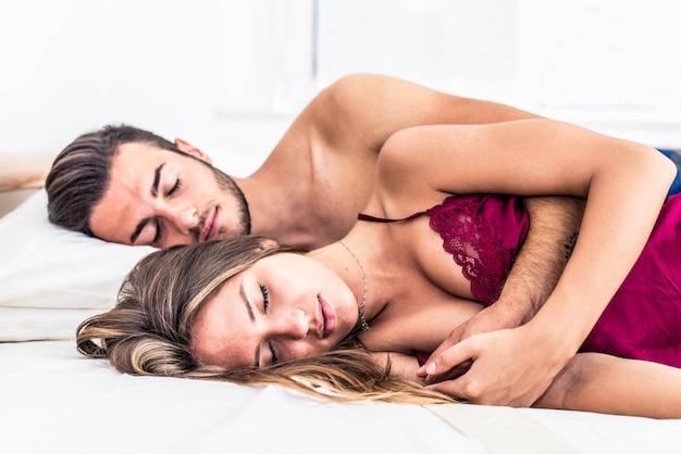 Echtpaar slapen in de slaapkamer