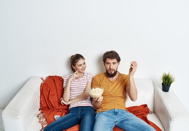 Echtpaar tv kijken op de bank