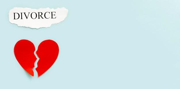 Echtscheiding met papieren hart kopie-ruimte