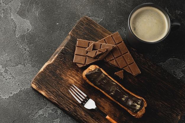 Eclair cake op donkere houten bord op zwarte tafel