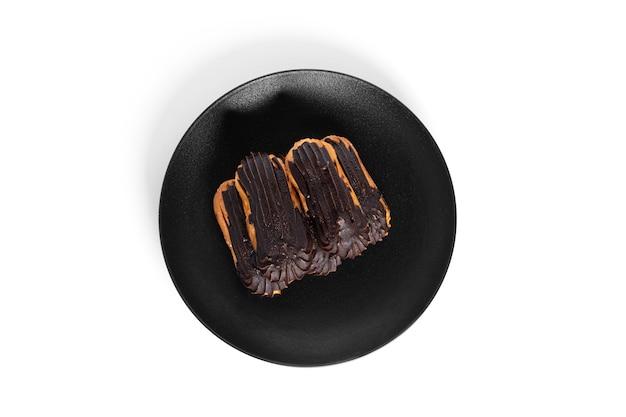 Eclairs in chocolade glazuur geïsoleerd op een witte achtergrond. hoge kwaliteit foto