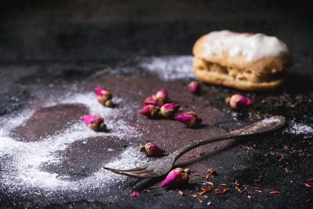 Eclairs met suikerpoeder