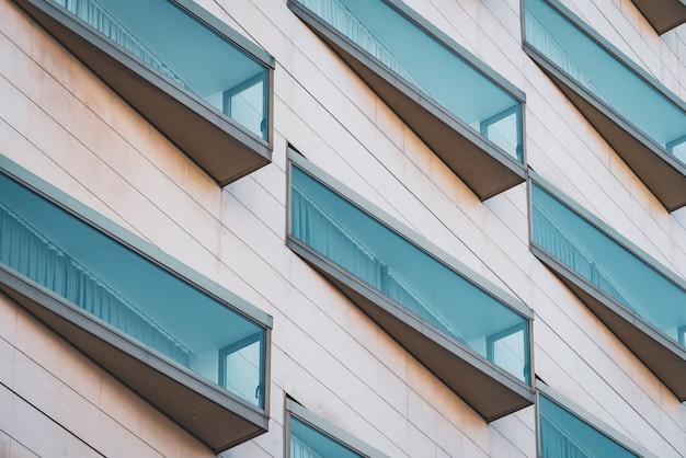 Eclectische glazen ramen van een modern stedelijk gebouw