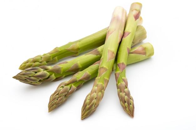 Eco asperges op witte achtergrond verse groenten