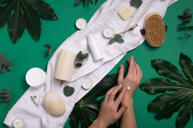 Eco biologische cosmetica op een groene achtergrond