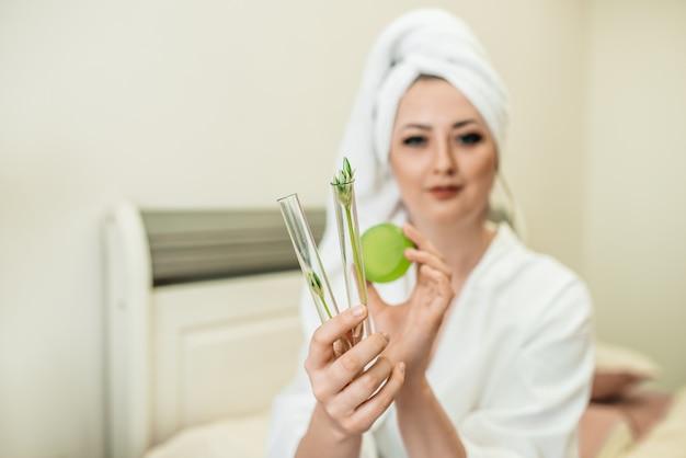 Eco-blogger voor meisjes. ochtend procedures. wit gewaad, handdoek, natuurlijke zeep, kruidencosmetica, geen afval. beautyblog over gezonde levensstijl