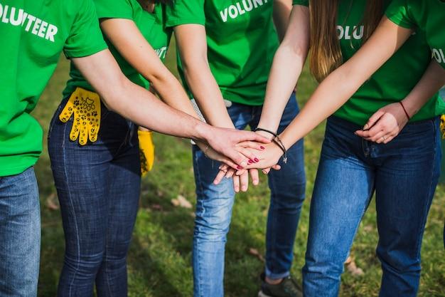 Eco-concept met een groep vrijwilligers