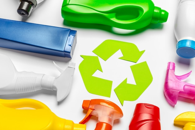 Eco concept met recycling symbool op tafelblad weergave