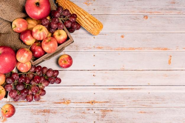 Eco fruit op hout achtergrond in de herfst. landbouw op oogst hoorn des overvloeds herfstseizoen en thanksgiving day.
