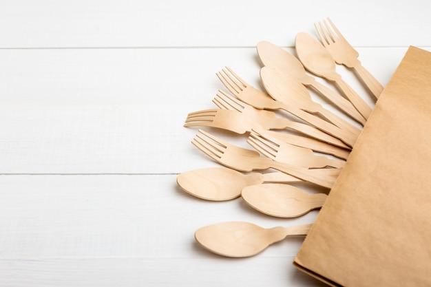 Eco-gerechten, vorken en lepels gemaakt van hout