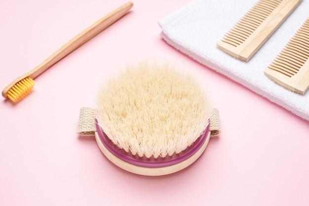Eco houten tandenborstel, kam en borstel voor droge massage op roze