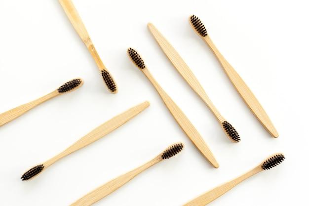 Eco materialen concept met bamboe tandenborstel op wit